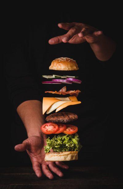 Chef montando hamburguesa